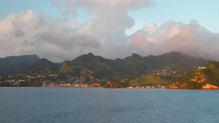 Zee, bergachtige kust en wolken. Kingstown, Saint Vincent en de Grenadines Stockvideo