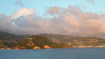 Zee, bergachtige kust en wolken. Kingstown, Saint Vincent en Grenadines