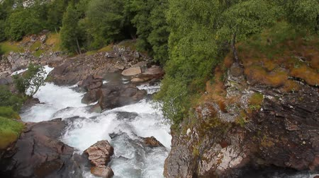 склон холма : River in mountain gorge. Geiranger, Stranda, Norway