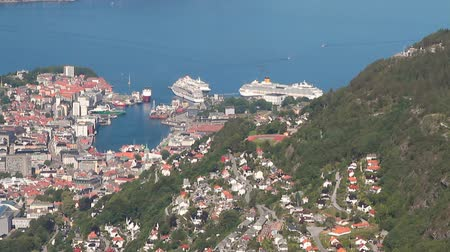 склон холма : City, seaport and cruise liners in port. Bergen, Norway