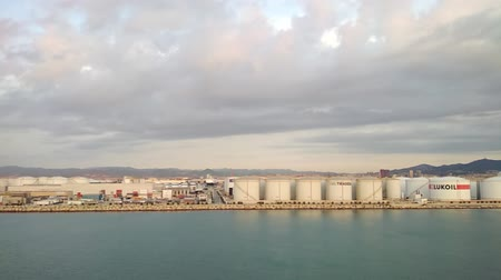 бункер : Barcelona, ??Spain - Oct 01, 2018: Seaport, fuel and cargo complex