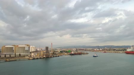 бункер : Barcelona, ??Spain - Oct 01, 2018: Large fuel and cargo port Стоковые видеозаписи