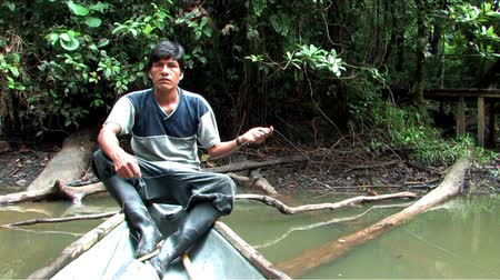 bennszülött : Indigenous Man fishing in the Amazon Stock mozgókép