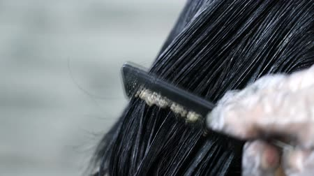 hairstyliste : haarkleuring, haarverf close-up aanbrengen