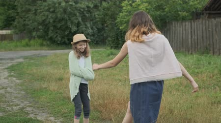 Two girls sisters playing in nature, rustic style, laughing children running around Stok Video