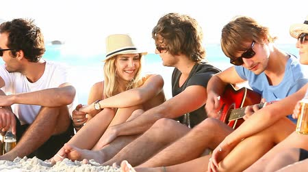 прекрасный : Young hipster people enjoying a beach party with guitar music