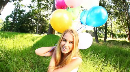 balonlar : Video of a beautiful woman smiling while holding balloons. Stok Video