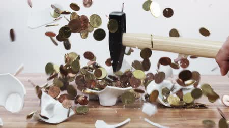 inspiração : Piggy bank being smashed in slow motion, coins flying everywhere