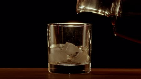 porce : Whiskey poured into glass in slow motion Dostupné videozáznamy