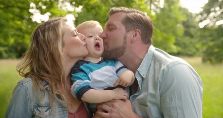 otec : Mom and Dad Kiss Boy on Both Cheeks
