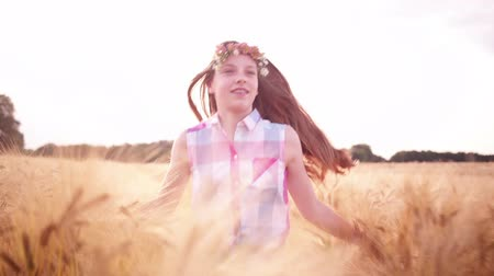 coroa : Young girl enjoying summer time running through wheat fields