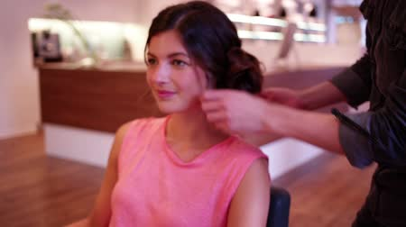 tüyler : Hair stylist adds final touches to up do hairstyle