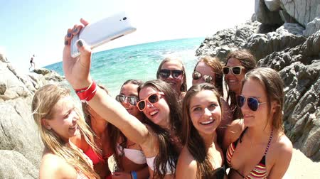 бикини : Group of girl friends taking selfie at the beach in slow motion