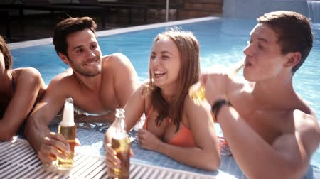 cerveja : Friends cheers with beer at poolside