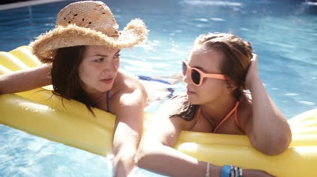 uszoda : Girl friends talking and laughing in the swimming pool