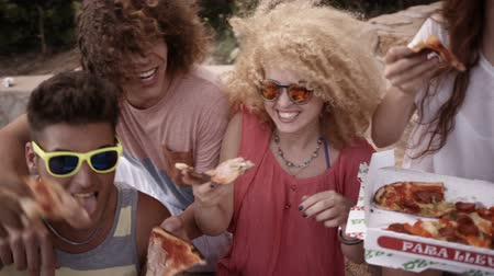 ebéd : Friends enjoying eating pizza together Stock mozgókép