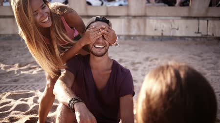 cover : Girl surprises friend at the beach
