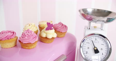 com escamas : Beautifully decorated pink and white cupcakes in kitchen