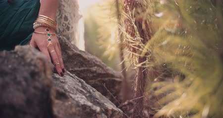 biżuteria : Cropped shot of a womans hand with boho style jewelry in a natural setting Panning in Slow Motion