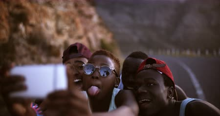 juventude : Group of teenage friends taking a selfie while pulling faces
