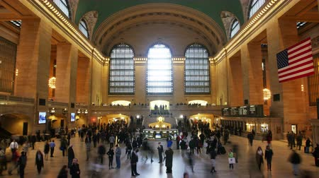 lobi : Busy people rushing through Grand Central Station in New York to catch their trains and subways in short Timelapse Stok Video
