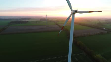 renovável :  Wind turbines at sunset producing renewable energy