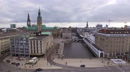 yüksek görüş açısı : Wide angle aerial view of Town Hall and canals in the city of Hamburg, Germany, looking attractive for tourism and travel