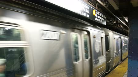 метро : Subway train moving out of station in New York