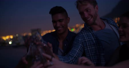cerveja : Young adult friends drinking and toasting  together at sunset