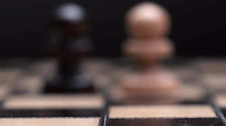 piskopos : chess closeup, wooden chess board, business concept, black background. slide camera. Studio. Stok Video