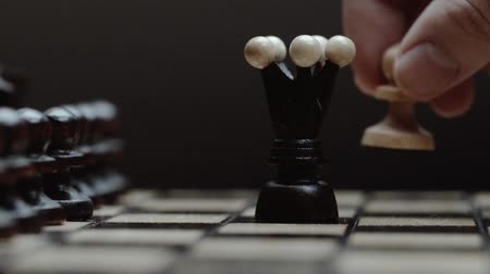 rytíř : Chess pieces white pawn queen attacks. chess closeup, wooden chess board, slide camera. Studio. slow motion.