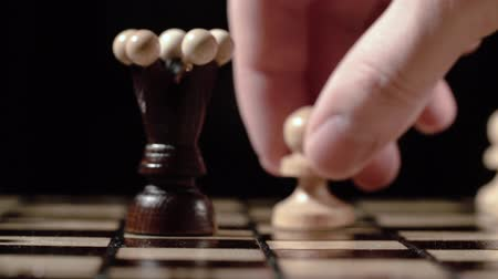на камеру : Chess pieces white pawn queen attacks. chess closeup, wooden chess board, slide camera. Studio. slow motion.