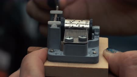 spletitý : Detailed view of the insides of an old vintage music box as it plays. Slow tracking movements.