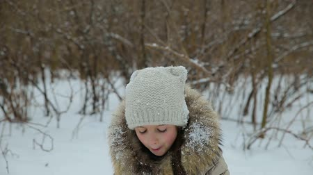 родной брат : Small girl playing in the snow Стоковые видеозаписи
