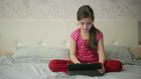 olhando para baixo : Girl on the bed educations on tablet Vídeos