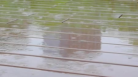 Пол : raindrops falling on wooden ground