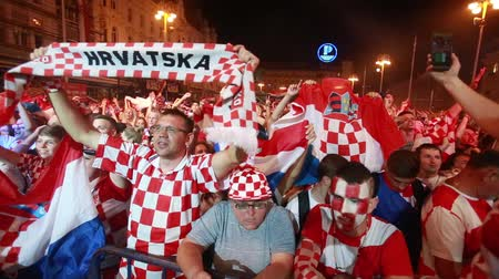вентилятор : ZAGREB, CROATIA - JULY 7TH, 2018 : Croatian football fans celebrate Croatian quarter final victory over Russia on Fifa World cup 2018 on Ban Jelacic Square in Zagreb, Croatia. Стоковые видеозаписи