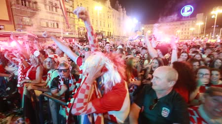 запретить : ZAGREB, CROATIA - JULY 7TH, 2018 : Croatian football fans celebrate Croatian quarter final victory over Russia on Fifa World cup 2018 on Ban Jelacic Square in Zagreb, Croatia. Стоковые видеозаписи