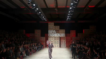 всего тела : ZAGREB, CROATIA - OCTOBER 24, 2018 : Fashion models wearing clothes for autumn-winter, designed by Robert Sever on the Bipa Fashion.hr fashion show in Zagreb, Croatia.