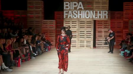 semana : ZAGREB, CROATIA - OCTOBER 24, 2018 : Fashion models wearing clothes for autumn-winter, designed by Robert Sever on the Bipa Fashion.hr fashion show in Zagreb, Croatia.