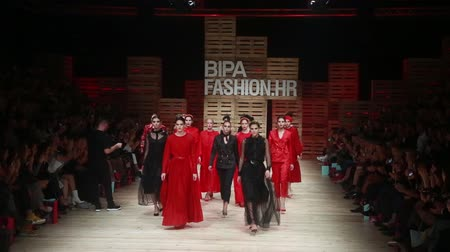 semana de moda : ZAGREB, CROATIA - OCTOBER 24, 2018 : Fashion models wearing clothes for autumn-winter, designed by Robert Sever on the Bipa Fashion.hr fashion show in Zagreb, Croatia.