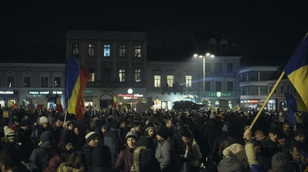 восстание : Brasov, Romania - February 4, 2017: Tens of thousands of people peacefully protest in the Council Square against the controversial emergency ordinance on amnesty and pardon law. Стоковые видеозаписи