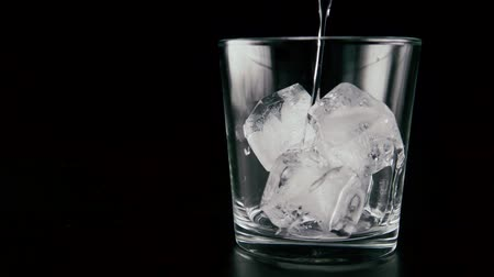 wódka : In a glass with ice pour the vodka. Slow mo
