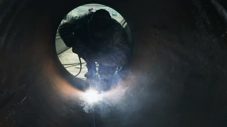 soldagem : worker welding metal inside pipeline stock video Vídeos