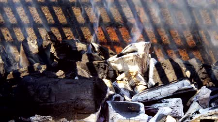 kamp ateşi : Glowing coals in a barbeque grill coal fire smoke