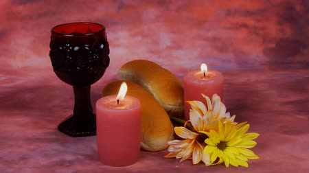 yahudi : Sabbath image. challah bread, candelas on wooden table. glitter overlay