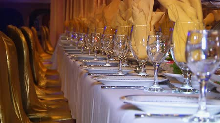 украшенный : Decorated table for a wedding dinner, beautiful table setting