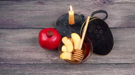 judaizm : Pomegranate, apple and honey, traditional food of jewish New Year celebration, Rosh Hashana. Wideo