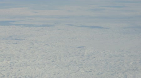 béke : clouds. view from the window of an airplane flying in the clouds Stock mozgókép
