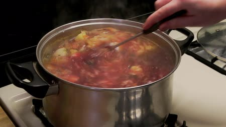 preparado : National ukrainian soup borsch cooking Stock Footage